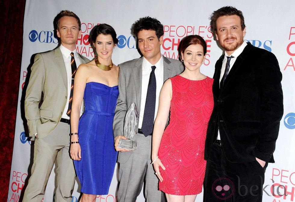 Los protagonistas de 'Cómo conocí a vuestra madre' con su premio People's Choice Awards 2012