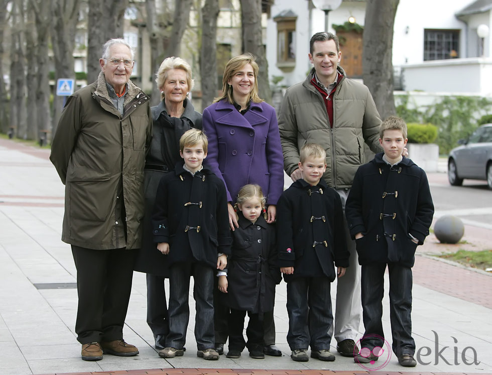 Juan Urdangarín, Claire Liebaert, la Infanta Cristina e Iñaki Urdangarin y sus cuatro hijos en Vitoria