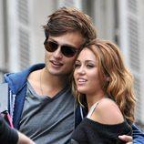 Miley Cyrus y Douglas Booth en el rodaje de 'LOL'