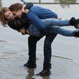 Miley Cyrus y Douglas Booth en una romántica escena del rodaje de 'LOL'