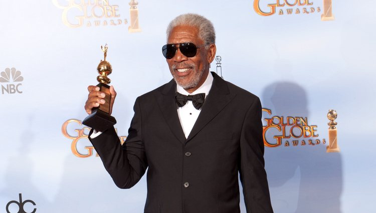 Morgan Freeman posa con su Globo de Oro 2012