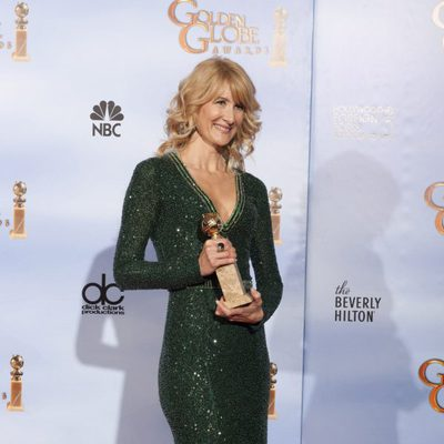 Laura Dern posa con su Globo de Oro 2012