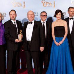 El equipo de la serie 'Downton Abbey' posa con su Globo de Oro 2012