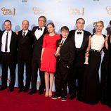 El equipo de la serie 'Homeland' posa con su Globo de Oro 2012
