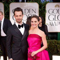Natalie Portman con su marido en la alformbra roja de los Globos de Oro 2012