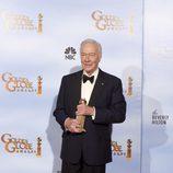 Christopher Plummer posa con su Globo de Oro 2012 como 'Mejor Actor Secundario'