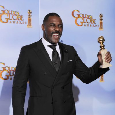 Idris Elba con su Globo de Oro 2012 a Mejor Actor por 'Luther'