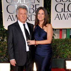 Dustin Hoffman y su mujer Lisa en la alfombra roja de los Globos de Oro 2012