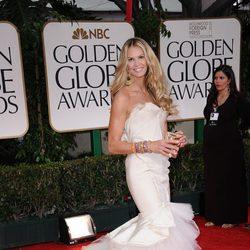 Elle Macpherson en la alfombra roja de los Globos de Oro 2012