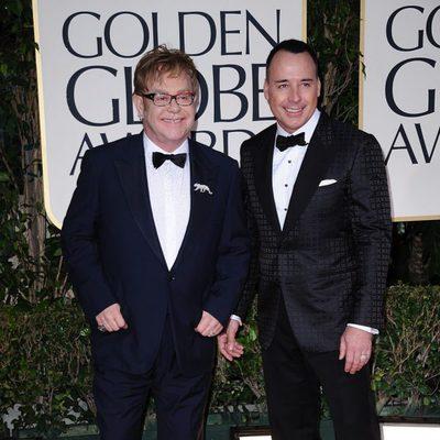 Elton John y David Furnish en la alfombra roja de los Globos de Oro 2012