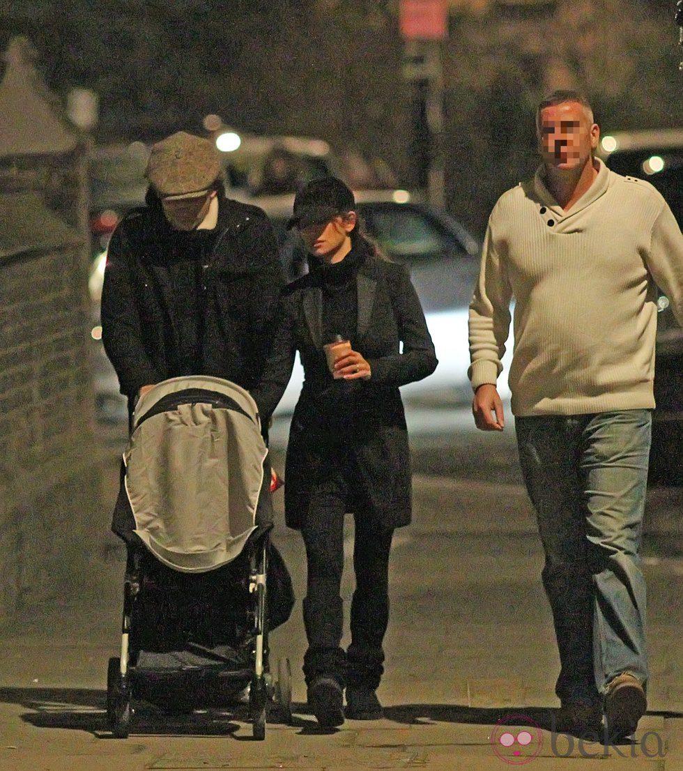 Penélope Cruz y Javier Bardem pasean con su hijo Leo en Londres