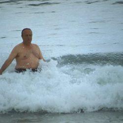 Manuel Fraga bañándose en el mar