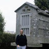 Manuel Fraga posa junto a un hórreo gallego
