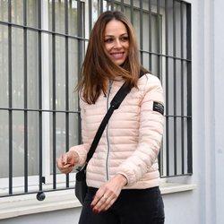 Eva González muy sonriente en Sevilla de camino a un notario