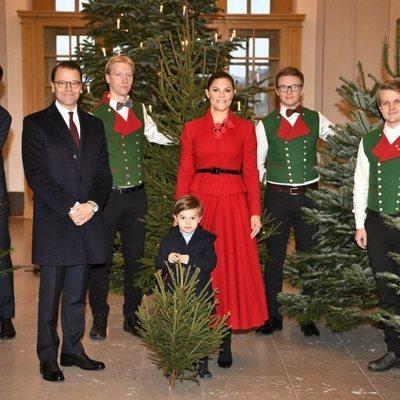 Los Príncipes Victoria y Daniel con su hijo Oscar de Suecia eligiendo el árbol de Navidad 2019