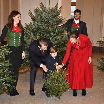 El Príncipe Oscar de Suecia eligiendo con sus padres los Príncipes Victoria y Daniel el árbol de Navidad 2019