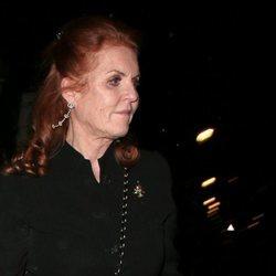 Sarah Ferguson acudiendo a la fiesta de compromiso de su hija la Princesa Beatriz de York y Edoardo Mapelli