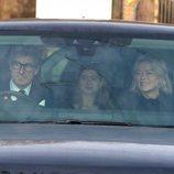Lady Helen Taylor y Timothy Taylor con su hija Estella Taylor en el almuerzo prenavideño 2019 en Buckingham Palace