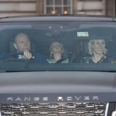 Zara Phillips y Mike Tindall con su hija Mia Tindall en el almuerzo prenavideño 2019 en Buckingham Palace