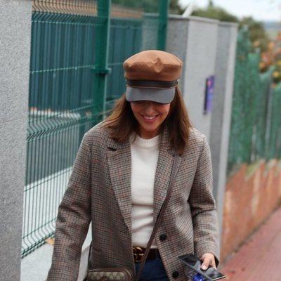 Paula Echevarría llegando sonriente al colegio e su hija