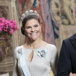 Victoria de Suecia posa muy sonriente con la Tiara de los Seis Botones