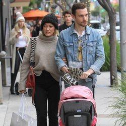 Hilary Duff y su marido Matthew Koma paseando por Los Ángeles con su hija