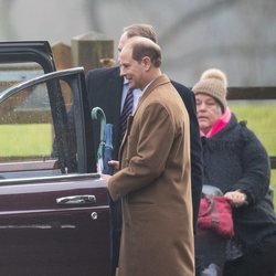 El Príncipe Eduardo llegando a la Iglesia de Santa María Magdalena en Sandringham