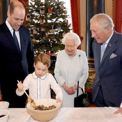 La Reina Isabel, el Príncipe Carlos y el Príncipe Guillermo miran cómo cocina el Príncipe Jorge