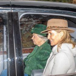 La Reina Isabel II junto a la Condesa de Wessex acudiendo a misa