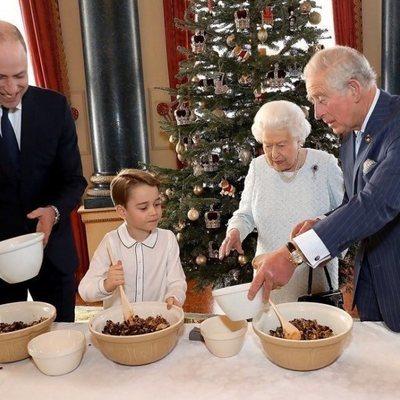 La Reina Isabel, el Príncipe Carlos y el Príncipe Guillermo ayudan al Príncipe Jorge a cocinar