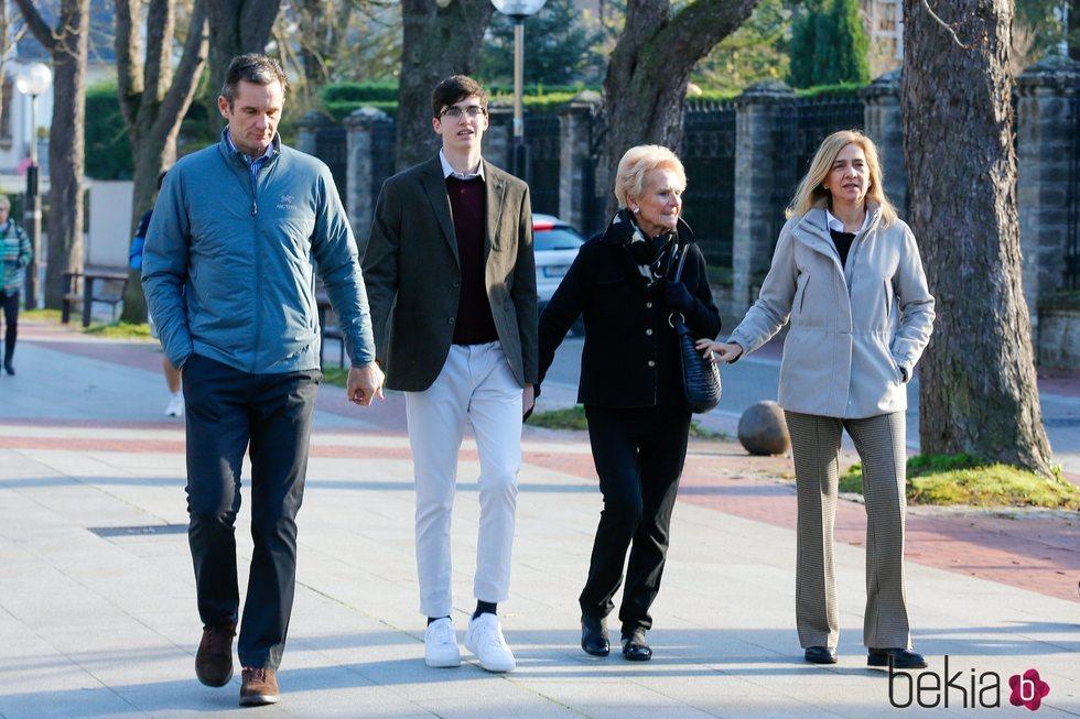 Iñaki Urdangarin paseando con Pablo Urdangarin, la Infanta Cristina y Claire Liebaert por Vitoria