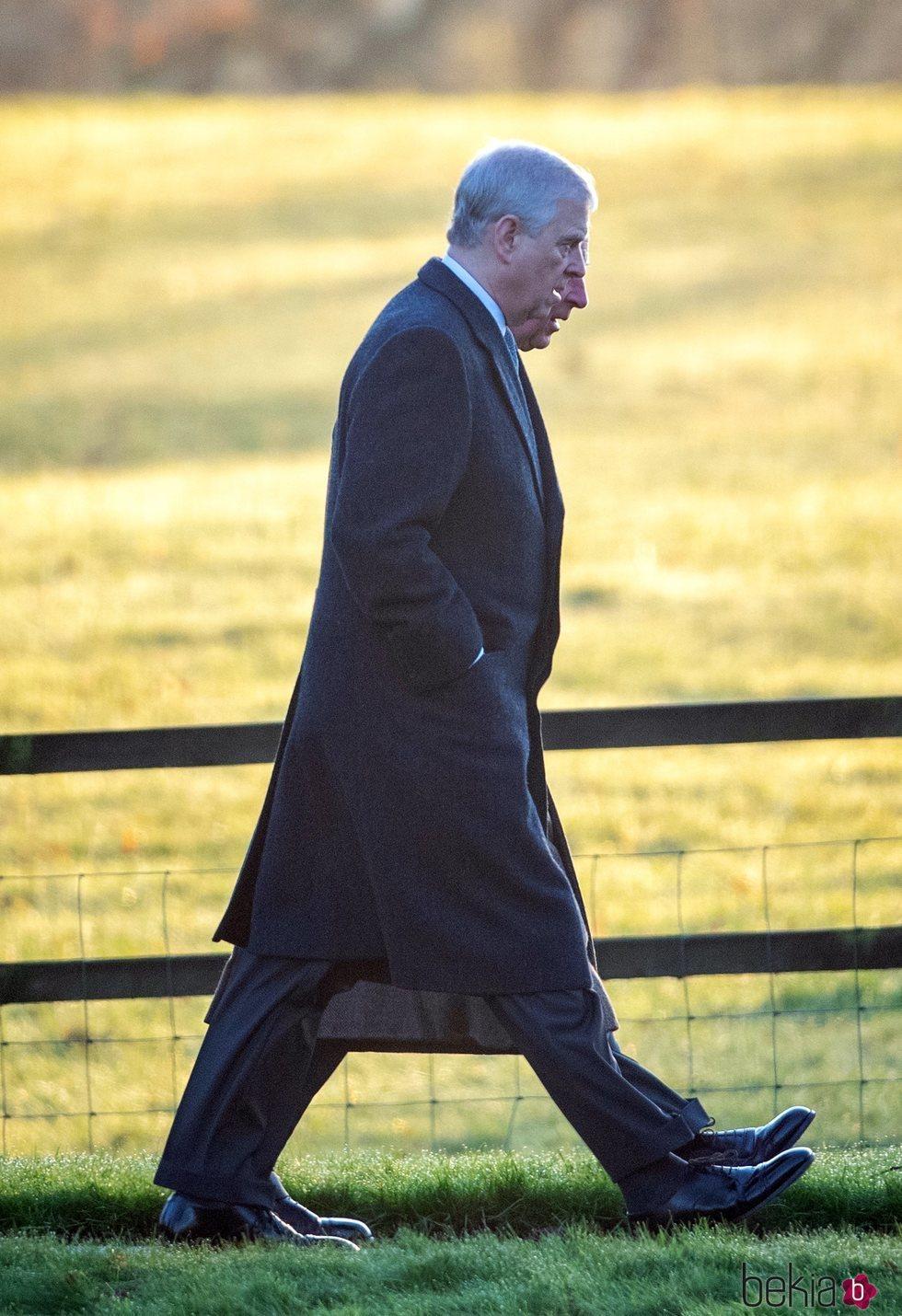 El Príncipe Andrés y el Príncipe Carlos acudiendo a la Misa de Navidad 2019