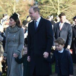 Los Duques de Cambridge con sus hijos Jorge y Carlota en la Misa de Navidad 2019