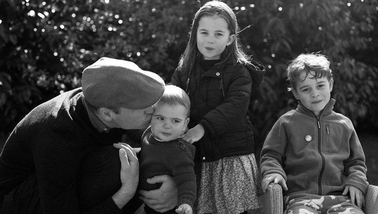El Príncipe Guillermo con sus tres hijos en el campo