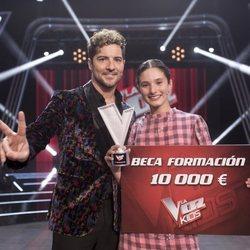 Irene Gil y David Bisbal posan como ganadores de 'La Voz Kids'