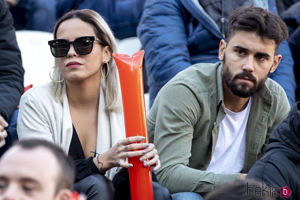 Gloria Camila y un joven desconocido en un partido de fútbol solidario