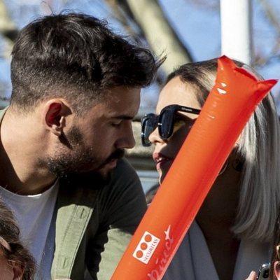 Gloria Camila, muy cerca de un joven desconocido en un partido de fútbol solidario