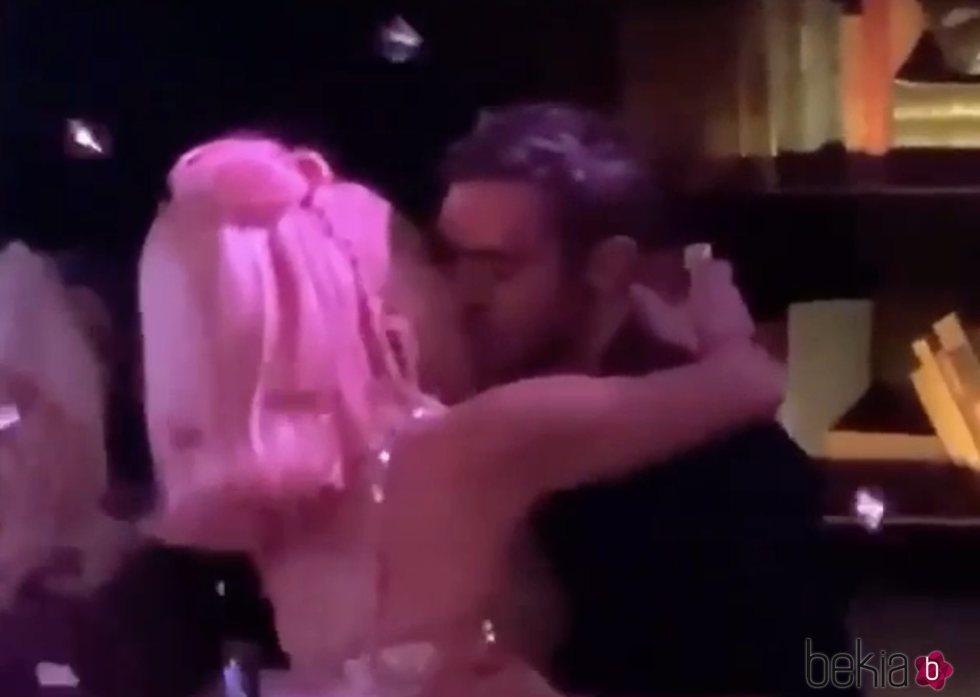 Lady Gaga besando a un misterioso hombre en Las Vegas durante la fiesta de Nochevieja 2019