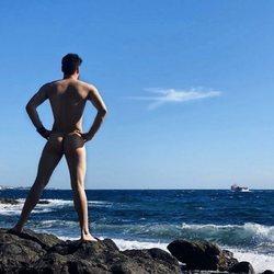 Luis Cepeda posa completamente desnudo frente al mar