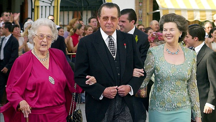 Esperanza de Borbón-Dos Sicilias junto a los Duques de Calabria en una boda en Sevilla