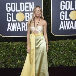 Sienna Miller en la alfombra roja de los Globos de Oro 2020