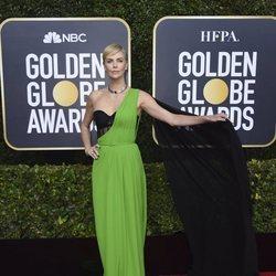 Charlize Theron en la alfombra roja de los Globos de Oro 2020