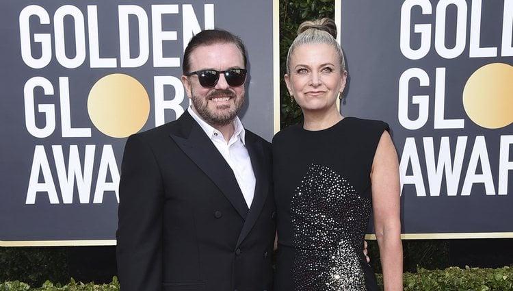 Ricky Gervais y Jane Fallon en la alfombra roja de los Globos de Oro 2020