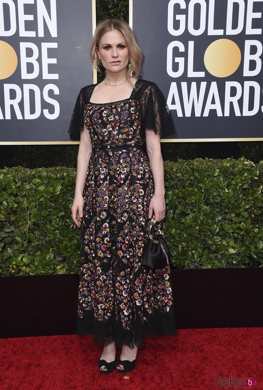 Anna Paquin en la alfombra roja de los Globos de Oro 2020