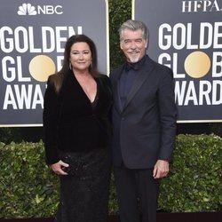 Pierce Brosnan y Keely Shaye Smith en la alfombra roja de los Globos de Oro 2020