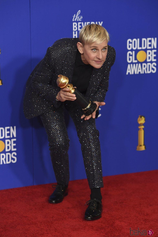 Ellen DeGeneres posando con su premio en los Globos de Oro 2020