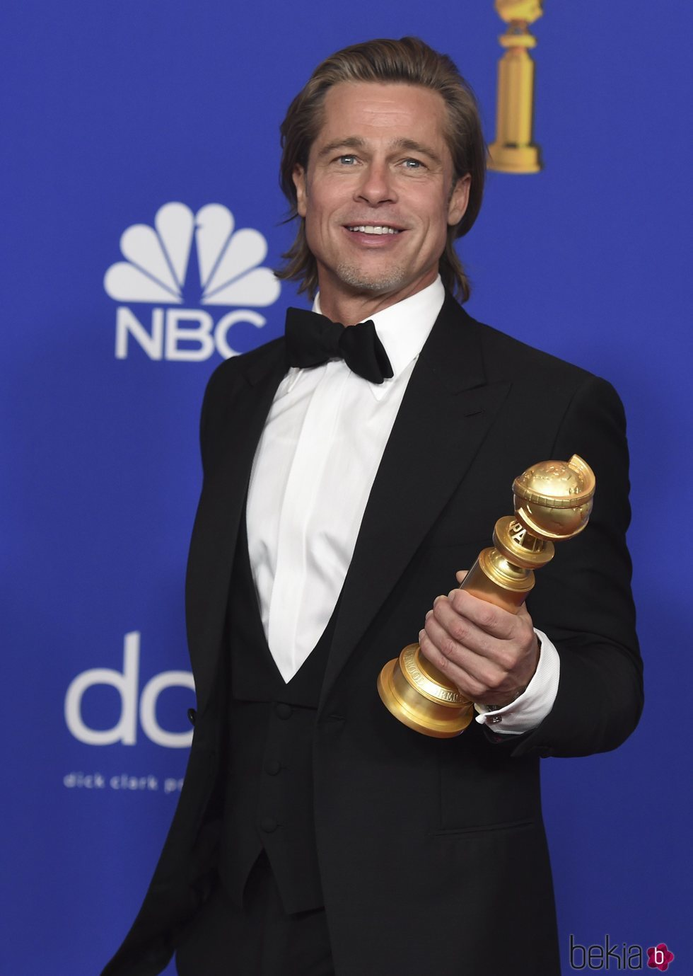 Brad Pitt posando con su premio en los Globos de Oro 2020