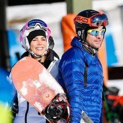 Rosanna Zanetti y David Bisbal preparándose para esquiar en Baqueira