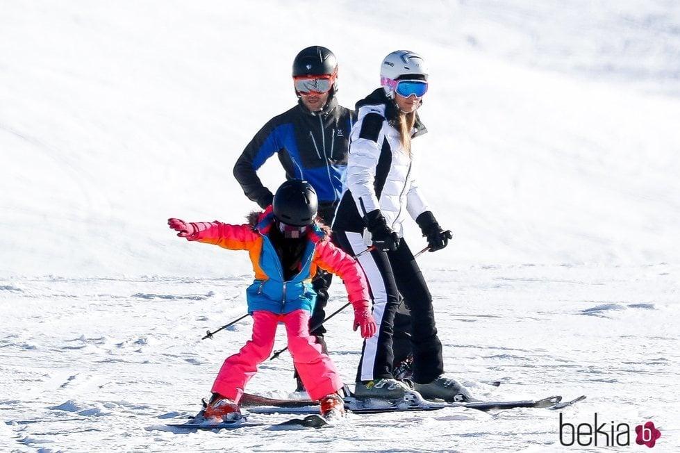 David Bisbal esquiando en Baqueira con su hija Ella y Rosanna Zanetti