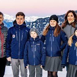 Los Príncipes Federico y Mary de Dinamarca con sus cuatro hijos en Suiza